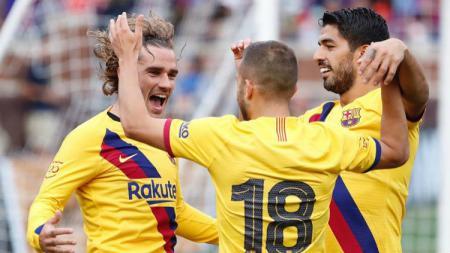 Griezmann merayakan golnya bersama Suarez dan Jordi Alba. - INDOSPORT