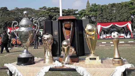 Trofi juara Arema FC dipamerkan sebagai pembangkit motivasi di NKRI Football Festival. - INDOSPORT