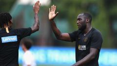 Indosport - Romelu Lukaku (kiri) menyebut bahwa sosok Jose Mourinho merupakan idola sekaligus teman baiknya meski keduanya kerap berbeda pendapat