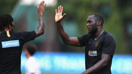 Romelu Lukaku saat melakukan selebrasi bersama pemain Inter Milan di laga uji coba melawan Virtus Bergamo. - INDOSPORT