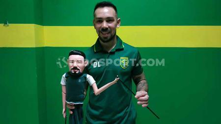 Damian Lizio berfoto dengan wayang golek pemberian Bonek, setelah laga Persebaya vs Madura United, Sabtu (10/8/19). - INDOSPORT