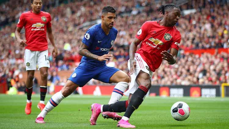 Aaron Wan-Bissaka berhasil melabui pemain Chelsea di Liga Primer Inggris perdana. Copyright: premierleague