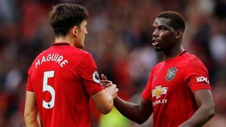 Harry Maguire dan Paul Pogba tengah melakukan berjabat tangan melawan Chelsea. - INDOSPORT
