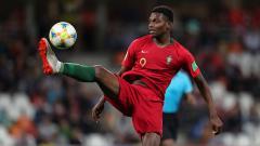 Indosport - Rafael Leao alias si Mbappe Portugal ditawarkan ke dua klub lantaran nasibnya yang tak jelas di raksasa Serie A Liga Italia, AC Milan.