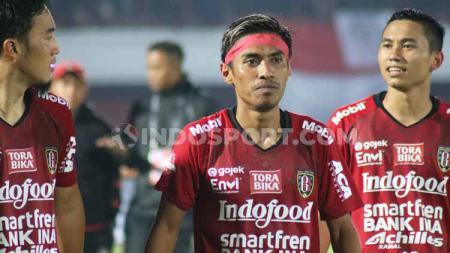 Gelandang tengah Bali United, Fadil Sausu saat menggunakan pita berwarna merah. - INDOSPORT