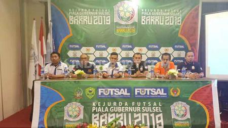 Haswar Putra Juniawan (Ketua AFK Barru/ketiga dari kiri) dan Ahmad Susanto (Wakil Ketua AFP Sulsel/ketiga dari kanan). - INDOSPORT