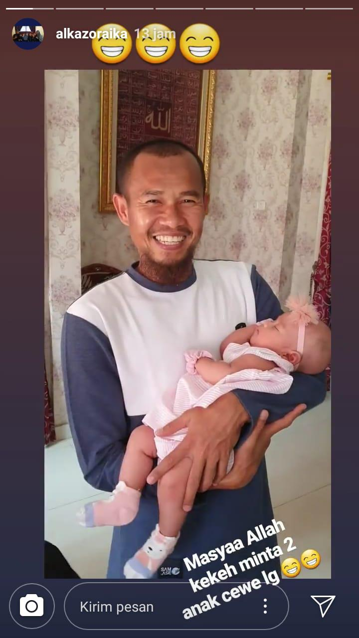 Kapten Persib Bandung, Supardi Nasir, menggendong bayi. Copyright: Instagram