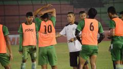 Indosport - Pelatih PSMS Medan, Abdul Rahman Gurning, saat pimpin timnya latihan di Stadion Teladan, Medan, Minggu (11/08/2019) malam.