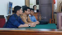 Indosport - Dari kiri, mantan pemain Persegres David Faristian, kuasa hukum APPI Jannes H. Silitonga dan Aprianto di ruang sidang pengadilan negeri Gresik, Senin (12/08/19)