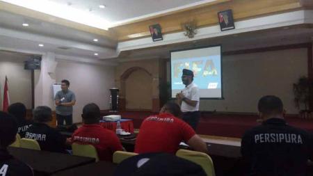 Suasana Educational Program Persipura dengan pemateri asal Singapura, Sukhbir Singh. Foto: Media Officer Persipura - INDOSPORT