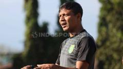 Indosport - Bejo Sugiantoro memimpin latihan Persebaya di Lapangan Polda Jatim, Senin (12/8/19).