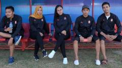 Indosport - Manajer tim Tira Persikabo, Esti Puji Lestari (ketiga dari kiri) mempersiapkan tim. Tira Persikabo merger dengan Persijap Kartini.