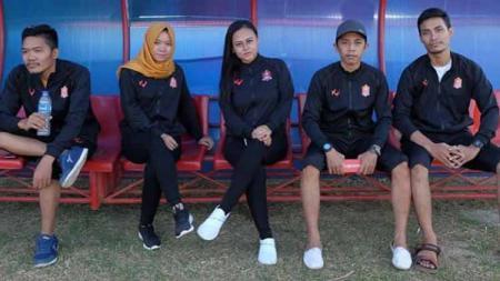 Manajer tim Tira-Persikabo, Esti Puji Lestari (ketiga dari kiri) mempersiapkan tim, Tira Persikabo merger dengan Persijap Kartini. - INDOSPORT