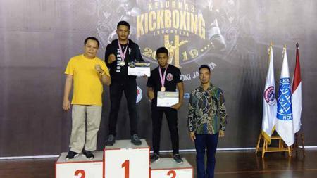 Kick Boxer asal Sumut, Bonatua Lumban Tungkup (tengah), saat foto bersama usai pengalungan medali di Kejurnas KBI beberapa waktu lalu - INDOSPORT