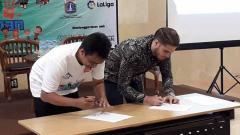 Indosport - Sotar Sinaga, Ketua Tim Pendidikan Dasar dan Manajer Program Yayasan Kampus Diakoneia Modern (KDM) dan Rodrigo Gallego, Delegate of LaLiga Global Network, Indonesia, menandatangani Nota Kesepahaman (MoU) untuk beragam kegiatan yang menanamkan nilai-nilai