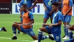 Indosport - Bek senior, Ahmad Mahrus Bachtiar (kiri) saat masih memperkuat Barito Putera.