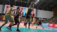 Indosport - Potret laga menegangkan yang terjadi antara tim putra ITHB melawan tim putra UPH pada Senin (12/08/19) di GOR Otista, Jakarta Timur.
