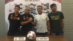 Indosport - Pelatih PSMS Medan Abdul Rahman Gurning (dua kanan) didampingi pemainnya Andre Sitepu (kanan) berjabat tangan dengan asisten pelatih Persiraja Akhyar Ilyas (dua kiri) dalam temu pers jelang pertandingan.