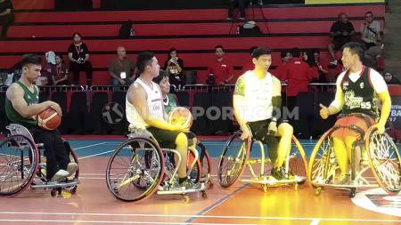 Donald Santoso bersama para anggota Jakarta Swift Wheelchair Basketball. - INDOSPORT