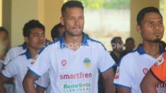 Indosport - Hobi gonta-ganti klub dalam waktu sangat singkat membuat Raphael Maitimo bagaikan 'kutu loncat' super di persepakbolaan Indonesia.