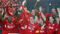 Indosport - Liverpool saat merayakan kemenangan sebegai juara Piala Super 2005