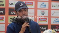 Indosport - Pelatih Persela Lamongan, Nilmaizar saat dalam jumpa pers.