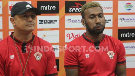 Pelatih Kalteng Putra, Gomes de Oliveira bersama Patrich Wanggai dalam jumpa pers Liga 1. Foto: Sudjarwo/INDOSPORT. - INDOSPORT