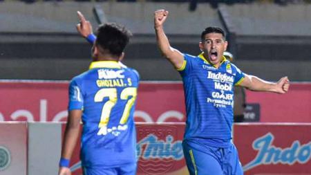 Esteban Vizcarra (kanan) berselebrasi usai mencetak gol ke gawang Borneo FC, Rabu (14/08/19). - INDOSPORT