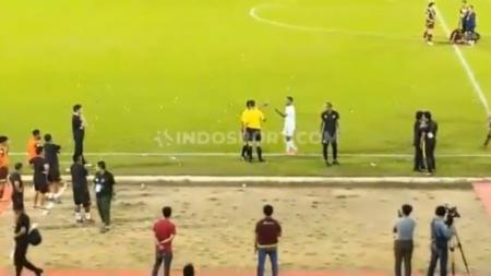 Laga PSM Makassar vs Barito Putera diwarnai keributan. - INDOSPORT