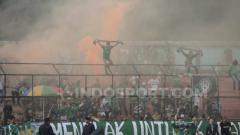Indosport - Peristiwa 'smoke bomb' di tribun utara saat PSMS Medan menjamu Sriwijaya FC di Stadion Teladan, Medan, Kamis (1/8/2019) lalu. (Foto : Aldi Aulia Anwar/INDOSPORT)