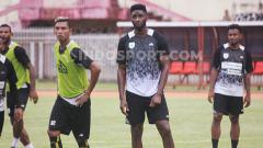 Indosport - Striker Persipura Jayapura asal Mali, Mamadou Samassa (tengah) saat berlatih bersama rekannya. Foto: Sudjarwo/INDOSPORT