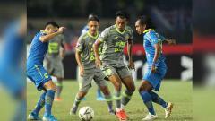 Indosport - Para pemain Borneo FC dan Persib Bandung berebut penguasaan bola, Rabu (14/08/19).