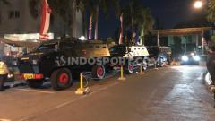 Indosport - Baraccuda Polda Jatim mengawal keberangkatan bus Persebaya, Rabu (14/08/19).
