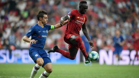Sadio Mane saat mengamankan bola dari pemain Chelsea di ajang Piala Super Eropa 2019 - INDOSPORT