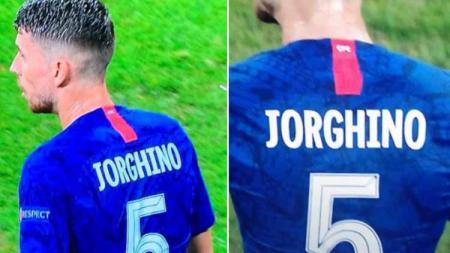 Klub sepak bola Liga Primer Inggris, Chelsea, dicemooh oleh fans mereka sendiri karena salah menulis nama Jorginho di jersey sang pemain. - INDOSPORT
