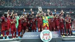 Indosport - Kegirangan para pemain Liverpool merayakan keberhasilan sebagai juara Piala Super musim ini Kamis, (15/08/19) Istanbul, Turkey. Metin Pala/Anadolu Agency via Getty Images