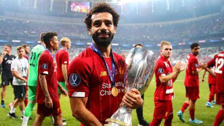 Mohamed Salah tengah membawa trofi Piala Super Eropa sebagai juara Liverpool. Kamis, (15/08/19) Istanbul, Turkey. Chris Brunskill/Fantasista/Getty Images