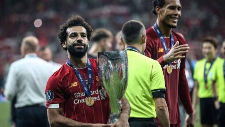 Mohamed Salah tersenyum sambil membawa trofi Piala Super Eropa di Vodafone Park. Kamis, (15/08/19) Istanbul, Turkey. Sebnem Coskun/Anadolu Agency/Getty Images