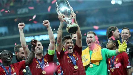 Roberto Firmino mengangkat trofi Piala Super Eropa sebagai juara. Kamis, (15/08/19) Istanbul, Turkey. Metin Pala/Anadolu Agency/Getty Images