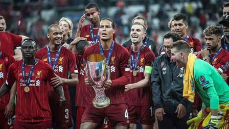 Virgil van Dijk dan rekannya bersiap akan melakukan selebrasi sebagai juara Piala Super Eropa. Kamis, (15/08/19) Istanbul, Turkey. Sebnem Coskun/Anadolu Agency via Getty Images