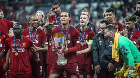 Virgil van Dijk dan rekannya bersiap akan melakukan selebrasi sebagai juara Piala Super Kamis, (15/08/19) Istanbul, Turkey. Sebnem Coskun/Anadolu Agency via Getty Images - INDOSPORT