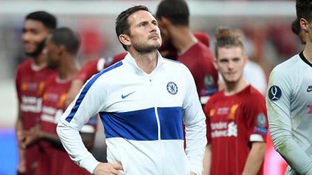 Frank Lampard, pelatih Chelsea, termenung saat timnya mengalami kekalahan atas Liverpool. - INDOSPORT