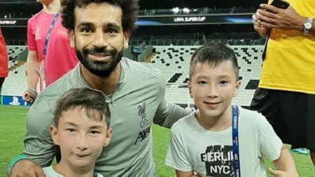 Ali Turganbekov (kiri), bocah difabel yang main bola bareng Mohamed Salah. - INDOSPORT