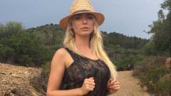 Indosport - Nadia Foster, model seksi yang meminta agar Mauro Icardi bertahan di Inter Milan