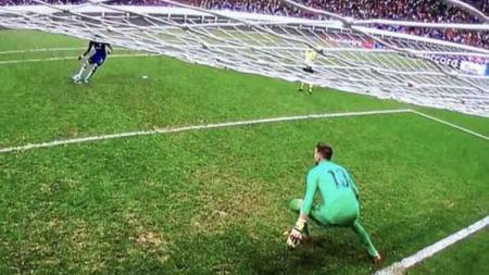 Adrian berhasil menepis tendangan Michy Batshuayi dari kotak penalti. - INDOSPORT