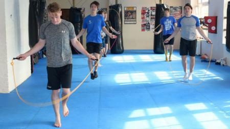 Olahraga skipping atau lompat tali sangat mudah dilakukan. Selain itu, skipping juga dapat membakar lemak di dalam tubuh, Bagaimana cara melakukan Skipping yang benar? - INDOSPORT