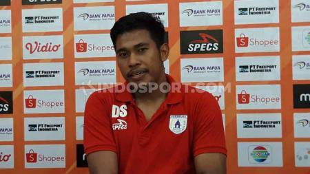 Kiper klub Liga 1 Persipura Jayapura, Dede Sulaiman mengaku sempat memiliki tantangan berat ketika menjalani ibadah puasa bulan Ramadan selama sebulan penuh. - INDOSPORT
