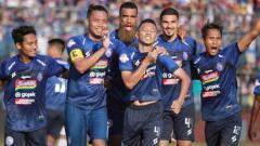 Indosport - Arema FC mengenakan jersey baru saat menghadapi Persebaya Surabaya pada laga Derby Jatim Liga 1 2019, Rabu (15/08/19).