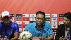 Indosport - Pelatih PSIS Semarang, Widyantoro dan Hari Nur Yulianto saat hadiri sesi konferensi pers sebelum laga melawan Semen Padang.