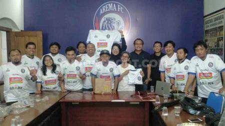 Jurnalis sport Malang foto bersama perwakilan media LIB (Liga Indonesia Baru). - INDOSPORT